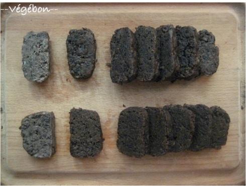 Faux steak sans gluten : en haut avec 75 g de fécule, en bas avec 50 g de fécule et une cuisson en papillote. La première tranche est juste cuite à la vapeur, les suivantes ont été dorées à la poêle.